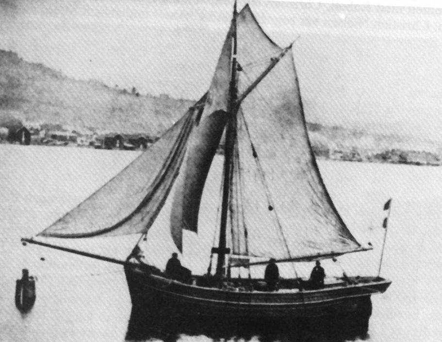 """Jagten """"Forsøget"""" af Lønstrup ud for Kragerø i Norge med skipper Niels Larsen Toft, som boede på skift i Lønstrup og Kragerø i huse, som Segelcke ejede."""